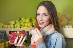 Moça que guarda o punnet das morangos Foto de Stock
