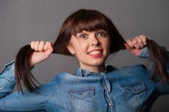 Moça que guarda seus cabelos Imagens de Stock
