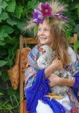 Moça que guarda um galo no fundo verde Foto de Stock Royalty Free