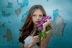 Moça que guarda um ramo lilás Imagens de Stock Royalty Free