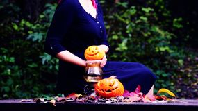 Moça que guarda uma abóbora em sua mão Fotografia de Stock Royalty Free