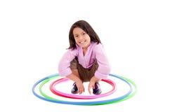 Moça que joga com a aro do hula isolada sobre Fotografia de Stock Royalty Free
