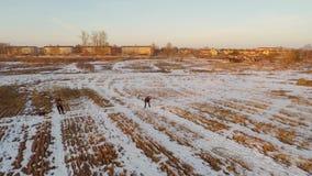 Moça que joga com o cão-pastor alemão exterior Por do sol Metragem aérea filme