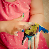 Moça que joga com pintura do dedo Imagens de Stock