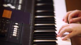 Moça que joga em um sintetizador filme