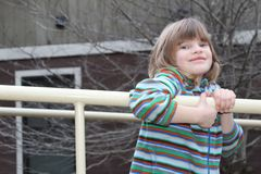 Moça que joga no campo de jogos Foto de Stock Royalty Free