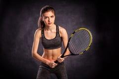 Moça que joga o tênis com raquete Fotos de Stock