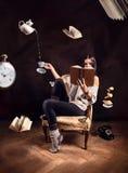 Moça que lê um livro Fotografia de Stock Royalty Free