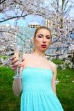 Moça que levanta no jardim de sakura Imagens de Stock Royalty Free