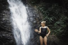 Moça que medita fora no parque verde no fundo da natureza foto de stock