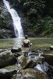 Moça que medita fora no parque verde no fundo da natureza imagens de stock royalty free