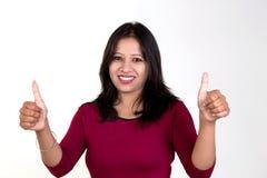 Moça que mostra ambos os polegares acima para o sucesso, a vitória e o melhor Fotografia de Stock