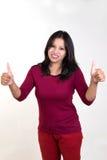 Moça que mostra ambos os polegares acima para o sucesso, a vitória e o melhor Imagens de Stock