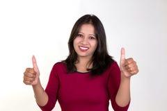 Moça que mostra ambos os polegares acima para o sucesso, a vitória e o melhor Foto de Stock Royalty Free