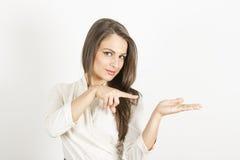 Moça que mostra o produto Foto de Stock Royalty Free