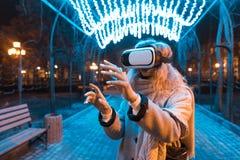 Moça que obtém auriculares da experiência VR Fotografia de Stock