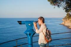 Moça que olha com binóculos a fichas Fotografia de Stock