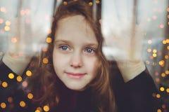 Moça que olha na compra das janelas fotografia de stock