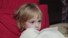 Moça que olha a televisão da tevê na cama filme