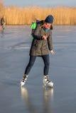 Moça que patina no lago Balaton em Hungria fotografia de stock royalty free