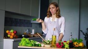 Moça que pensa ao comer o pepino Mulher triste que come o alimento healty da dieta filme