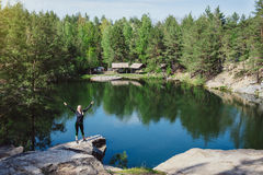 Moça que relaxa no penhasco da ilha perto da água Imagem de Stock Royalty Free