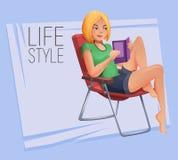 A moça que senta-se na cadeira de dobradura e lê um livro Foto de Stock Royalty Free