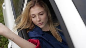 Moça que senta-se no assento dianteiro de um carro filme