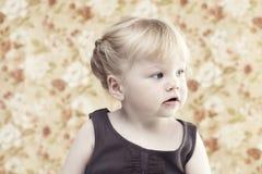 Moça que sorri contra o fundo floral Fotos de Stock