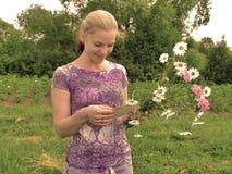 Moça que sorriem com letra em suas mãos e um ramalhete dos wildflowers Foto de Stock Royalty Free