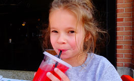 Moça que sorve uma bebida fria do verão imagens de stock royalty free