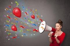 Moça que tem o divertimento, gritaria no megafone com balões Fotografia de Stock Royalty Free