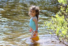 Moça que tem o divertimento na água Imagens de Stock Royalty Free