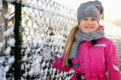 Moça que tem o divertimento no inverno Fotos de Stock Royalty Free
