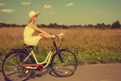Moça que tem o divertimento que monta uma bicicleta imagem de stock royalty free
