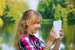 Moça que toma a foto do lago pelo PC da tabuleta Foto de Stock Royalty Free