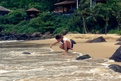 Moça que toma imagens na praia fotografia de stock