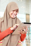 Moça que usa o tablet pc Imagem de Stock Royalty Free