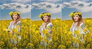 Moça que veste a blusa tradicional romena que levanta no campo do canola com o céu nebuloso no fundo, tiro exterior Fotografia de Stock Royalty Free