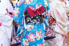 Moça que veste o quimono japonês que está na frente do templo de Sensoji no Tóquio, Japão O quimono é um vestuário tradicional ja Imagens de Stock