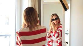 Moça que veste-se acima perto de um espelho filme
