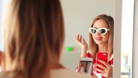 Moça que veste-se acima perto de um espelho video estoque
