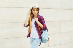 Moça que veste um chapéu de palha do verão e uma camisa quadriculado imagem de stock