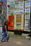 Moça que visita a exposição de desenhos do ` s das crianças fotografia de stock royalty free