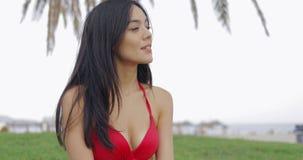 Moça sensual no roupa de banho na praia video estoque