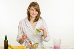 A moça surpreendida encontrou em um verde da folha da salada do vegetariano nedorezanny Fotos de Stock