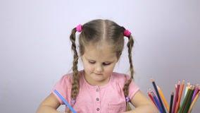 A moça tira em um papel Conceito da instrução vídeos de arquivo