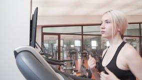 A moça treina em uma escada rolante no vídeo da metragem do estoque do gym filme