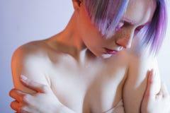 Moça triste com olhos e cabelo cor-de-rosa, como a imagem de stock