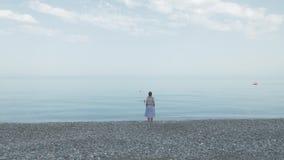 A moça vai na praia ao Mar Negro - o Geórgia video estoque